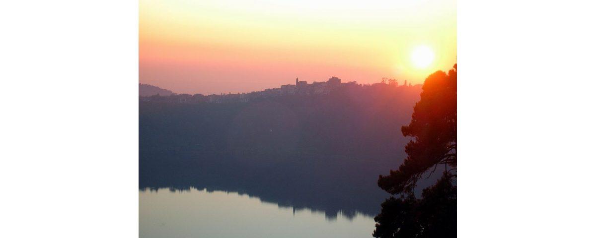 castelli romani tour - 1024px Genzano e lago di Nemi tramonto 1200x480 - Castelli Romani Tour