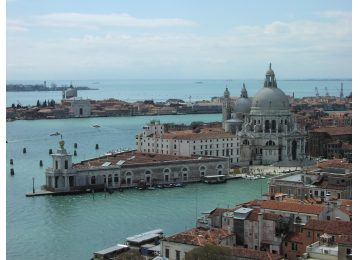 group tours in venice - Venezia punta della dogana 360x260 - Group tours in Venice
