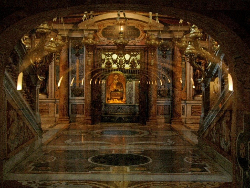 st peter 39 s tomb in st peter s basilica vatican city tour. Black Bedroom Furniture Sets. Home Design Ideas