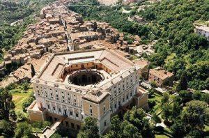 Tour privati nei dintorni di Roma, Visite Guidate, entrata privilegiata tour esclusivi e personalizzati  - palazzofarnesecaprarola 300x198 - Tour privati nei dintorni di Roma